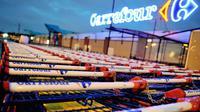 Des charriots de supermarché devant un magasin Carrefour en France [Philippe Huguen / AFP/Archives]