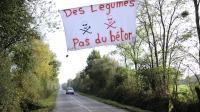 Une banderole sur une route des Landes pour protester contre la construction d'un nouvel aéroport, le 24 octobre 2012 [Jean-Sebastien Evrard / AFP]