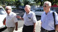 Le sénateur Gaston Flosse (c) avant l'ouverture de son procès à la Cour d'appel de Papeete, le 31 octobre 2012, pour emplois fictifs [Gregory Boissy / AFP/Archives]