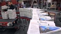 """Exemplaires du Monde sortant de l'imprimerie du """"Midi Libre"""", à Saint-Jean-de-Vedas (Hérault) près de Montpellier [Pascal Guyot / AFP/Archives]"""