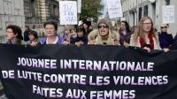 Des femmes marchent le 24 novembre 2012 à Marseille lors de la journée internationale contre les violences faites aux femmes [Anne-Christine Poujoulat / AFP]
