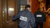 Des policiers quittent le cabinet d'avocat où Me Raymonde Talbot a été retrouvée égorgée, le 30 novembre 2012 à Marseille [Anne-Christine Poujoulat / AFP/Archives]