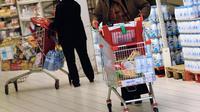 Une cliente d'un supermarché en France [Philippe Huguen / AFP/Archives]