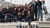 L'explorateur helvético-sud-africain Mike Horn et Albert II de Monaco posent avec des jeunes pour l'arrivée du voilier Pangaea à Monaco le 13 décembre 2012 [Valery Hache / AFP]