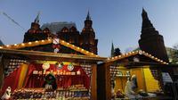 Des échoppes du marché de noël typiquement strasbourgeois dressées devant les murs du Kremlin à Moscou, le 23 décembre 2012 [Andrey Smirnov / AFP]