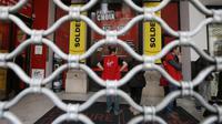 Des employés de Virgin Megastore derrière une barrière à Nice le 9 janvier 2013 [Valery Hache / AFP/Archives]