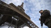 Des soldats patrouillent au pied de la tour Eiffel le 14 janvier 2013 à Paris [Joel Saget / AFP/Archives]