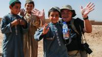Yves Debay avec des enfants, le 28 juillet 2013 en Afghanistan [Emmanuel Vivenot / AFP/Archives]