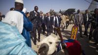 François Hollande (c) arrive à Tombouctou, au Mali, le 2 février 2013 [Fred Dufour / AFP/Archives]