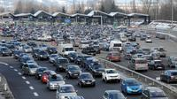 Des véhicules bloqués à un péage [Jean-Pierre Clatot / AFP/Archives]