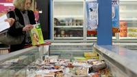 Une consommatrice au rayon surgelé d'un supermarché [Charly Triballeau / AFP/Archives]