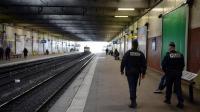 Des policiers en patrouille sur le quai du RER le 19 mars 2013 à Grigny, après l'attaque de plusieurs voyageurs.