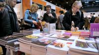 Des personnes regardent des livres au Salon du livre de Paris, le 23 mars 2013 [Eric Feferberg / AFP]