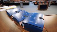 Les dossiers pour le procès des implants mammaires, le 18 avril 2013, au tribunal correctionnel de Marseille [Anne-Christine Poujoulat / AFP]