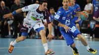 Le Montpelliérain Mickael Guigou (D) échappe à Valero Rivera, lors du match contre Nantes, le 4 mai 2013 à Montpellier [Sylvain Thomas / AFP/Archives]