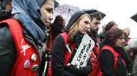 Des salariés de Virgin rassemblés devant le tribunal de commerce de Paris, le 23 mai 2013 [Thomas Samson / AFP/Archives]