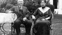 Photo non datée d'Alfred Dreyfus posant avec sa femme dans une maison, dans le sud de la France [ / AFP/Archives]
