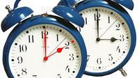Au second plan, un réveil indique l'heure d'été, au premier plan, un autre réveil indique l'heure d'hiver. [Desk / AFP/Archives]