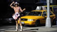 """Pendant 13 ans, le """"cow-boy nu"""" a fait régner sa loi sur Times Square à New York. Mais un """"Indien nu"""" vient d'entrer dans la ville. La guerre est depuis déclarée.[AFP ]"""