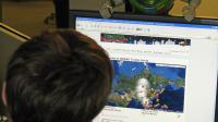 Un jeune homme regarde sur le site du Norad le parcours du Père Noël, le 24 décembre 2009 à Washington [Karen Bleier / AFP/Archives]