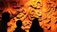 Des étudiants observent des sculptures mayas au musée de l'Identité nationale à Tegucigalpa, le 14 décembre 2012 [Orlando Sierra / AFP]