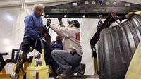 Photo d'archives non daté de Maurice Taylor (G) dans l'usine Titan à Quincy dans l'Illinois [ / AFP/Archives]