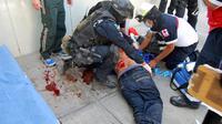 Un homme blessé devant l'entrée d'un journal de Torreon, dans l'Etat mexicain de Coahuila, le 27 février 2013 [- / AFP/Archives]