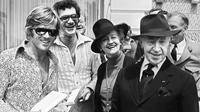 L'acteur américain Robert Redford, le réalisateur américain Sydney Pollack, le pianiste américain d'origine polonaise Arthur Rubinstein et son épouse Nela posent lors du Festival International du Film, le 08 mai 1972, à Cannes.