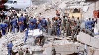 Les secours s'affairent sur les décombres de l'immeuble Drakkar, dont la destruction vient de tuer 58 militaires français en 1983 au Liban.
