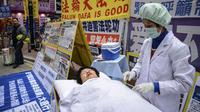 Des activistes simulent un prélèvement forcé en Chine