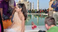Olivia Culpo posant pour les photographes devant le Taj Mahal avec les chaussures qui ont créé la polémique, le 6 octobre 2013