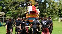 En Indonésie, le pauvre homme a été écrasé par le cercueil.