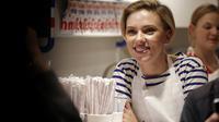 L'actrice américaine Scarlett Johansson a servi du pop-corn à l'inauguration de sa boutique dans le quartier du Marais, le 22 octobre 2016.