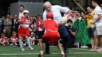 Lors d'un match de rugby improvisé avec des enfants, en octobre 2015, au Japon, Boris Johnson a fait parler de lui en percutant violemment un petit garçon de 10 ans sur une action.