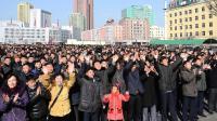 La foule célèbre le lancement d'une fusée nord-coréenne, le 7 février 2016 à Pyongyang.