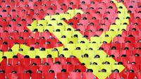 La faucille et le marteau peints sur les sièges d'une tribune d'un stade de football au Vietnam.