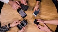 Près de la moitié des 18-24 ans se disent tout simplement incapables de vivre sans téléphone.