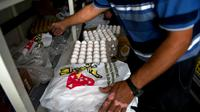 A Mexico, un employé municipal distribue des oeufs, le 4 septembre 2012