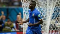 Mario Balotelli célèbre son but contre l'Angleterre le samedi 14 juin