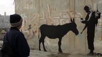 Banksy a réalisé des pochoirs pacifistes sur le mur de Gaza