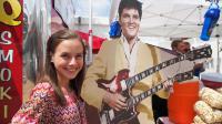 """Des dizaines de milliers de fans ont défilé en procession, à la lueur des bougies, dans la nuit de mercredi à jeudi à Memphis, aux Etats-Unis pour rendre hommage à un """"Dieu"""" de la musique, Elvis Presley, mort il y a 35 ans, le 16 août 1977.[AFP]"""