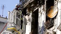 Le 9 septembre, à Saint-Denis, les pompiers luttent contre le feu qui pris dans un bâtiment insalubre.