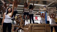 Les Femen ont envahi vendredi un magasin Ikéa.