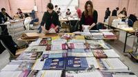 Des employés de la préfecture du Bas-Rhin, à Strasbourg, préparant les enveloppes avec les bulletins de vote et la documentation pour les élections européennes de mai 2014.