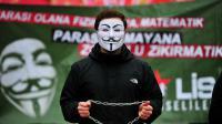 Un lycéen portant le masque de Guy Fawkes manifeste contre une réforme gouvernementale, le 13 février 2015, à Istanbul (Turquie).
