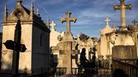 Des croix ornent des sépultures dans un cimetière de Lyon.