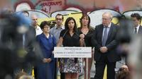 Entourée de nombreux conseillers municipaux, représentants de tout bord politique du conseil de Paris, Anne Hidalgo a présenté son projet de loi.