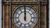 L'horloge la plus célèbre d'Angleterre, au sommet de la tour Elizabeth, fait sonner la cloche de 13,5 tonnes «Big Ben».
