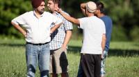 Des fidèles du temple Sikh de Oak Creek dans le Wisconsin, après la fusillade du 5 août 2012.