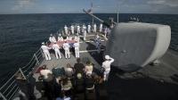 La cérémonie à bord du porte-avion américain USS Philippine Sea durant laquelle Les cendres de Neil Armstrong, le premier homme à marcher sur la Lune, ont été dispersées dans l'océan atlantique vendredi.